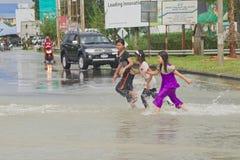 Bambini in inondazione Fotografia Stock