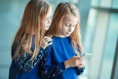 Bambini insieme nell'imbarco aspettante dell'aeroporto immagini stock