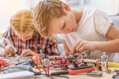 Bambini interessati concentrati in officina Fotografia Stock