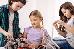 Bambini ispirati che costruiscono robot alla scuola fotografia stock libera da diritti