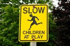 Bambini lenti al segno del gioco Immagine Stock Libera da Diritti