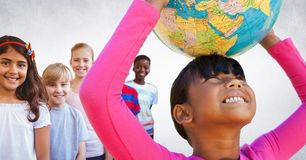 Bambini multinazionali e multiculturali che tengono il globo del mondo con fondo in bianco Fotografia Stock