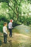 Bambini, natura, famiglia, amore, foresta, avventura, pesca, ragazzo, ragazza Fotografie Stock Libere da Diritti