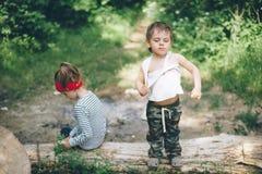 Bambini, natura, famiglia, amore, foresta, parco, fiero, avventura, ragazzo, ragazza Fotografie Stock