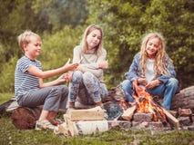 Bambini nel campo dal fuoco Immagini Stock Libere da Diritti