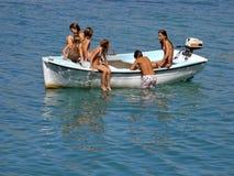 Bambini nel divertimento sulla barca Immagine Stock