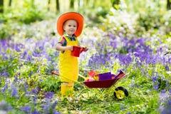Bambini nel giardino di campanula Fotografia Stock Libera da Diritti