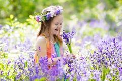 Bambini nel giardino di campanula Fotografia Stock