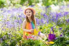 Bambini nel giardino di campanula Immagine Stock