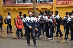 Bambini nel gioco uniforme di vietnamita nella parte anteriore dello schoo Fotografie Stock