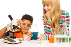 Bambini nel laboratorio del banco Fotografia Stock