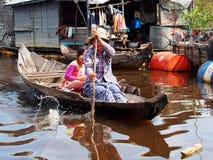 Bambini nel lago sap di Tonle in Cambogia Immagine Stock