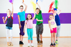 Bambini nel traninng della classe di dancing con le sciarpe Fotografia Stock Libera da Diritti