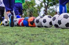 Bambini nell'addestramento di pratica di gioco del calcio Fotografia Stock