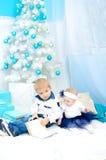 Bambini nell'interno del nuovo anno immagini stock libere da diritti
