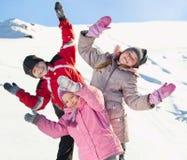 Bambini nell'inverno fotografie stock