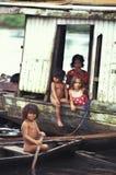 Bambini nella casa di barca, Amazzonia Immagini Stock