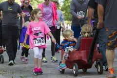 Bambini non identificati che partecipano alla corsa 5K Fotografia Stock