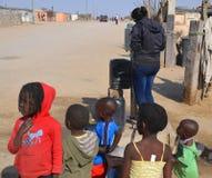 Bambini non identificati che vivono nei bassifondi di Mondesa Immagine Stock