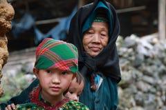 Bambini non identificati in distretto montagnoso di Dong Van Fotografie Stock