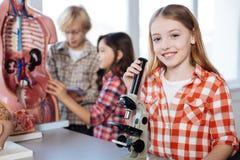 Bambini ottimisti diligenti che conducono una ricerca per il progetto Fotografia Stock