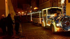 Bambini pattinanti su un piccolo treno sulle feste di Natale archivi video