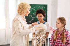 Bambini piacevoli astuti che ascoltano l'insegnante Fotografia Stock