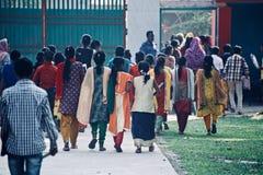 Bambini piccoli del Bangladesh che camminano che finiscono insieme la foto editoriale unica dell'esame finale Fotografia Stock Libera da Diritti