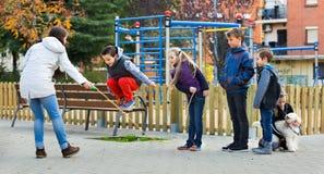 Bambini positivi che giocano nel gioco della corda di salto Immagini Stock Libere da Diritti