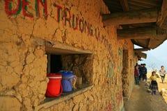 Bambini poveri ad una scuola isolata Fotografia Stock