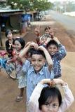 Bambini poveri felici di sorriso nel villaggio dell'Asia Fotografia Stock Libera da Diritti