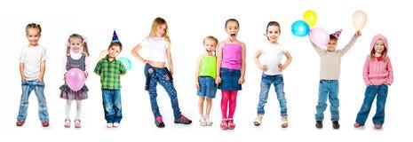 Bambini in protezioni di compleanno isolate Immagini Stock
