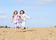 Bambini - ragazze che corrono sul campo Immagine Stock Libera da Diritti