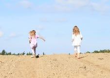 Bambini - ragazze che corrono sul campo Fotografia Stock Libera da Diritti