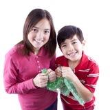 Bambini schioccando l'involucro di bolla immagine stock