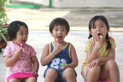 Bambini & schiocco del lecca lecca Immagini Stock Libere da Diritti