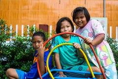 Bambini sconosciuti locali dal villaggio sopra nel distretto di canzone di Klong Immagine Stock