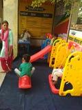 Bambini a scuola del gioco di aanganwadi Fotografie Stock