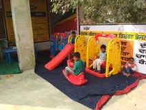 Bambini a scuola del gioco di aanganwadi Fotografia Stock