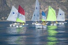 Bambini a scuola di navigazione in porto al san Jean Cap Ferrat, Riviera francese, Francia Fotografia Stock