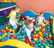 Bambini in sfere variopinte Immagine Stock Libera da Diritti