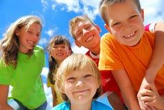 Bambini sorridenti all'aperto Fotografia Stock