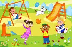 Bambini sorridenti che giocano al campo da giuoco Fotografie Stock Libere da Diritti