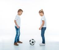 Bambini sorridenti che giocano con il pallone da calcio Fotografia Stock Libera da Diritti