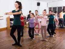 Bambini sorridenti che provano ballo di balletto in studio Immagini Stock Libere da Diritti