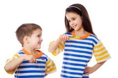 Bambini sorridenti che puliscono i denti Immagini Stock Libere da Diritti