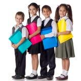 Bambini sorridenti che si levano in piedi con i dispositivi di piegatura Immagini Stock