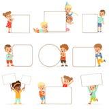 Bambini sorridenti che stanno con i bordi in bianco bianchi messi Ragazzini e ragazze felici in abbigliamento casual che tiene i  illustrazione vettoriale