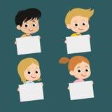 Bambini sorridenti che tengono i bordi in bianco Fotografia Stock Libera da Diritti