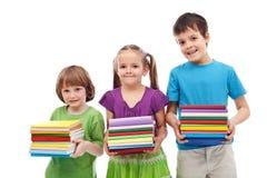 Bambini sorridenti del banco e dell'addestramento preliminare con i libri Fotografia Stock Libera da Diritti